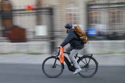 Vélos et trottinettes sur le trottoir, c'est non!